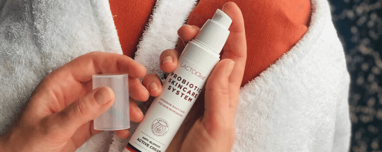 Active creme holdes i to hænder