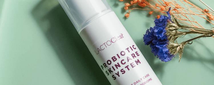 Probiotic skincare system til koreansk hudpleje på grøn baggrund med blomster